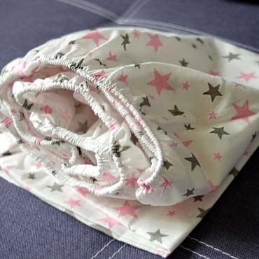 Простынь на резинке Сатин 120x60, Звездочки серо-розовые, Белая